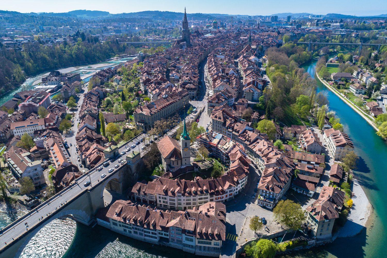Bern Altstadt Luftbild kleiniStock 816146686