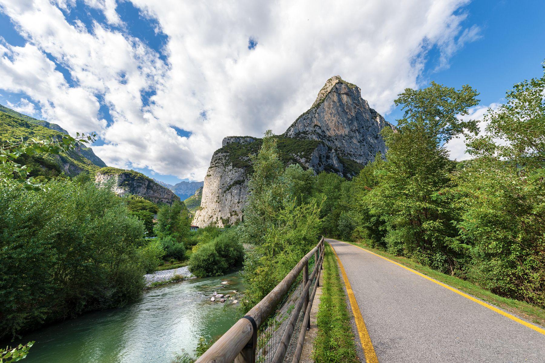 Sarca Fluss Trentino Rad Gehweg iStock988200790 web