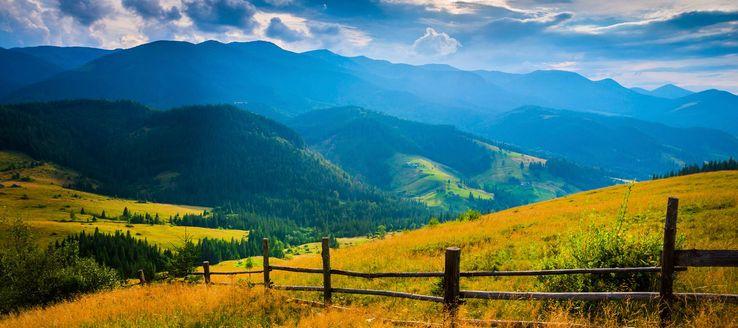 Die Hohe Tatra, ein Teilgebirge der Tatra, ist der höchste Teil der Karpaten und gehört zu zwei Dritteln zur Slowakei, zu einem Drittel zu Polen.