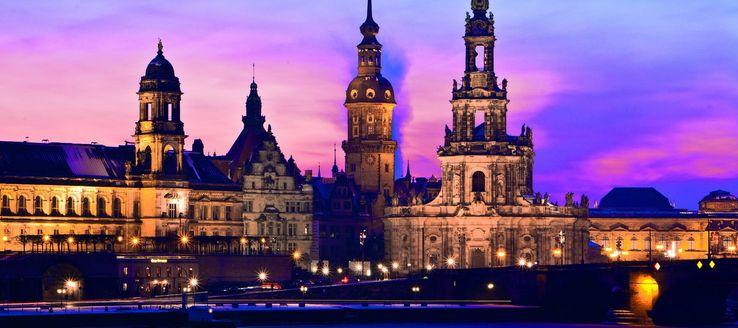 Sie liegt im Stadtzentrum in der Altstadt und erstreckt sich über etwa 500 Meter entlang der Elbe zwischen der Augustusbrücke und der Carolabrücke. Die Brühlsche Terrasse wird auch als Balkon Europas bezeichnet. Der Begriff wurde zu Beginn des 19. Jahrhunderts geprägt und später vielfach in der Literatur verwendet.