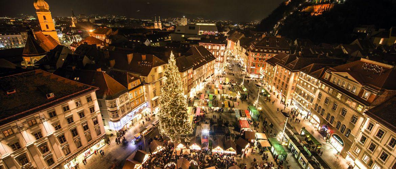 Christkindlmarkt vor dem Rathaus am Hauptplatz in Graz